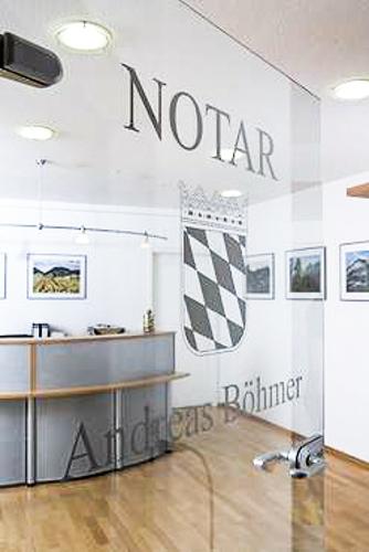 Blick durch die Eingangstür ins Notariat
